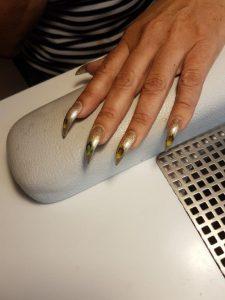 goldene Fingernägel